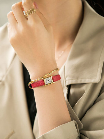腕時計はベルト部分が細いものを選ぶと、華奢度UP!コーデのアクセントとしても活躍してくれますよ。ブレスレットと重ね付けすると動きが出てこなれた印象に。