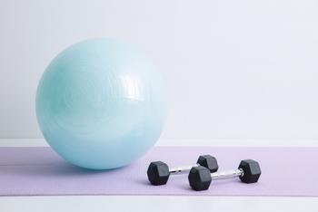 """扱いやすく、手軽に入手できる""""バランスボール""""は、ストレッチ初心者にもぴったりのアイテムです。身長150~165cmの方なら、55cmサイズのボールが適しているそうですよ。"""