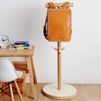 木のぬくもりたっぷりな「ideaco(イデアコ)」のランドセルラック。高さ100センチのポールタイプなので、省スペース。子ども部屋のみならず玄関やリビングに置いても良さそうです。  ランドセルは2つまで掛けられるので、兄弟がいても安心。シューズ袋や絵本袋、これひとつに通園・通学グッズがまとめられます。