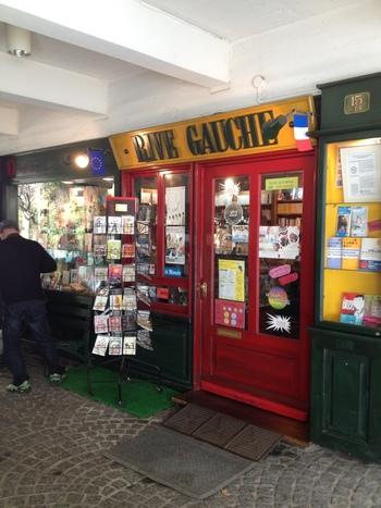 店のすぐお隣にはフランス図書の専門店も。かわいいカードなどもあり、何枚買いこんでも後できっと役に立ってくれます。
