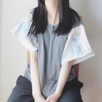 Vネックシャツのリメイク。 ただ袖を付け変えるのではなく、フレア袖にしていることで女性らしいデザインになっています。服全体をリメイクするよりも袖だけの方が、気軽にできますね。