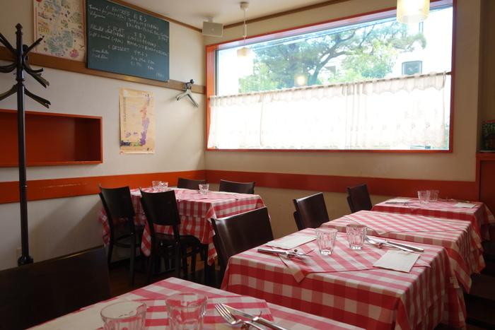 テーブルクロスは赤×白のチェックと、まさにパリのビストロのそれ♪ 開業当初は20席ほどのキャパシティでしたが、拡張して、現在は40席あまりに。それでも予約の取りづらさが続いています。