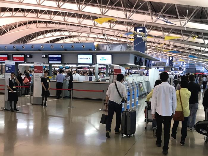 機内に持ち込めるスーツケースは、日系エアラインの場合、国際線なら縦・横・高さの3辺の合計が115cm以内。国内線なら100席未満であれば100cm以内と決まっています(2018年10月現在)。 わずか5cmの差で国際線ではOKでも国内線はNGになるんですね。