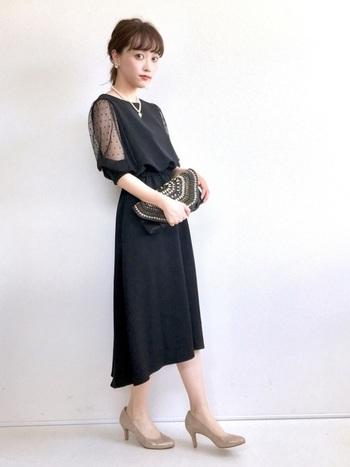 着飾り過ぎると、どうしても派手になってしまう20~30代は、シンプルにまとめつつも、さりげなく若々しい可愛らしさもプラスして。  黒のドレスでも、袖に透け感があったり、靴をヌードカラーにしたりと、「まっ黒」を避ければOKです。