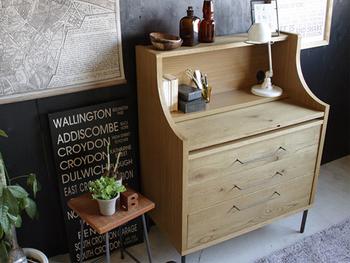 ご紹介したように、ビューローのタイプは、収納が豊富なものや、デスクとしての機能高いもの、ディスプレイできるようなラックの機能があるものなど、様々あります。 ベッドルームに置いてベッドサイドテーブルやドレッサーとして、書斎に置いて勉強机としてなど……使う目的に合わせたものを選べば、部屋のなかでコーディネートする際に、実用的なアイテムとして間違いなく活躍してくれますよ。