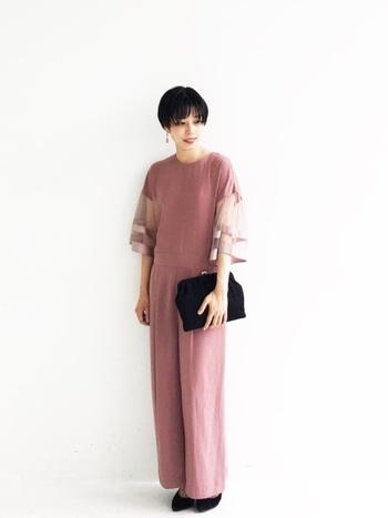 大人の余裕を醸し出したい30~40代。パンツスーツで、小慣れた雰囲気に仕上げるのも素敵ですね。  ピンクやヌード系のカラーを知的な印象に仕上げるためには、シンプルな引き締めカラーの小物も忘れずに。