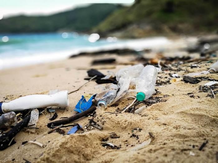 「stasher(スタッシャー) 」はプラスチック製品のない世界を目指しています。環境に負荷が高く、体に有害なプラスチック製品を減らし、人と地球にやさしい社会作りを目指している会社です。そのためにプラスチックに代わる、シリコン製の保存容器を生み出しました。