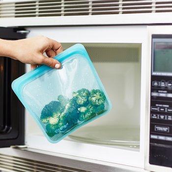お鍋を使った蒸し調理のほか、レンジを使った解凍・加熱調理も大丈夫。シリコンが250度まで対応しているおかげです。