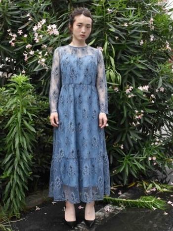 イノセントな雰囲気の美しいレースのドレスも、大人になった今だからこそ、あえて着てみたいですよね。水色でも明るすぎない色なら、黒髪に似合います。