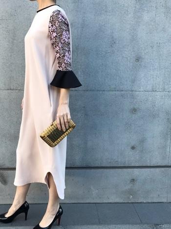体型がちょっぴり気になる40~50代は、身体のラインを拾わない、シンプルなシルエットを心がけて。  袖のデザインが個性的なこんなドレスなら、上質なものを身に着けているという印象も与えれらます。