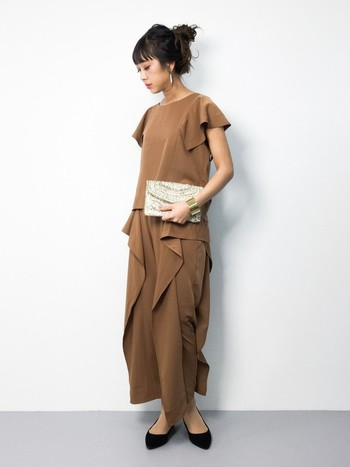 色物がちょっぴり苦手なシンプル派さんは、濃いめベージュをスタイリッシュに着てみてはいかがでしょう?ドレスにようにも見えるパンツは、個性的ながらも挑戦しやすいはず。