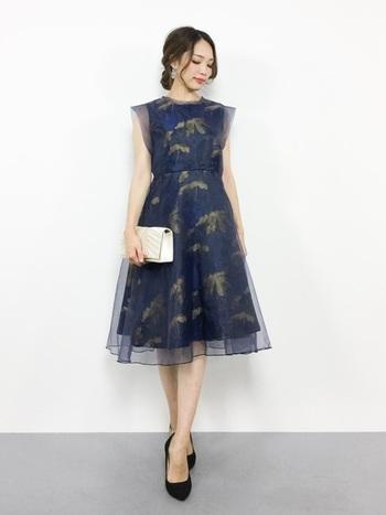 無地が基本の「お呼ばれドレス」ですが、花柄を着たいなら、柄がチュールで覆われた、こんな選択肢も。  ただし「花を身に着けるのは花嫁さんだけ」というマナーも無きにしも非ずなので、場合によっては避けた方が良いかもしれません。