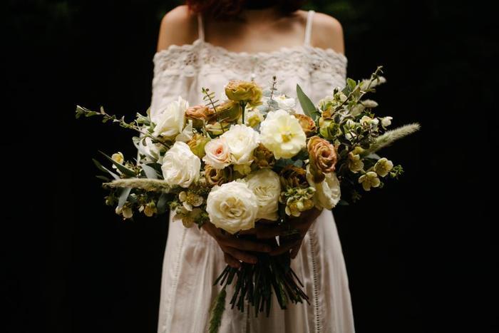いつもはシンプルでカジュアルなコーデが好きだからこそ、結婚式となると何を着たら良いか分からなかったり、いざドレスを決めるとなると、「なんだか私らしくない」なんて思ったりしますよね。  この記事では、自分らしさを出しながら、結婚式の「お呼ばれドレス」を選ぶコツをご紹介していきます。