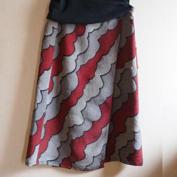 レトロな柄の着物を使って、ラップスカートにリメイクした例です。 着物と同じように腰の位置に巻きつけて着用するので、なんだか着物を着ている感覚を味わえそうですね。
