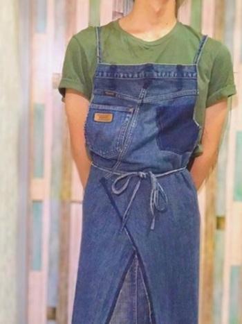 デニムは汚れが目立ちにくいのがいいですよね。  そこで、デニムをエプロンにリメイクしてみてはいかがでしょう。キッチンに立つときはもちろん、ガーデニングなどの外での作業にもぴったりですね。
