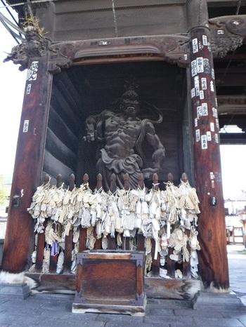 参拝客の前にまず現れるのは、貫禄のある仁王像。ドキッとさせられます。 左側が左側に阿形(あぎょう)、右側が吽形(うんぎょう)。