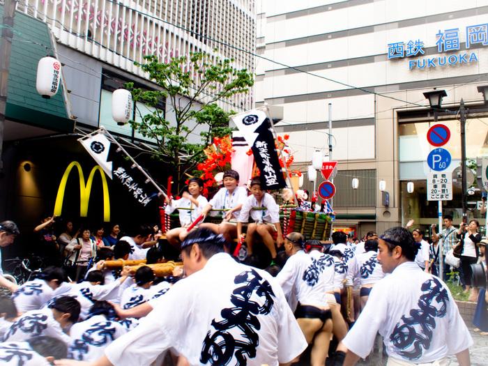 祭り好きの博多っ子。天神も時に、お祭りで盛大に盛り上がります。こちらは毎年7/1~15にかけて開催される「博多祇園山笠」の様子です。700年以上に渡る伝統的なお祭りで、天神中を山笠が駆け抜ける様子を見ることができます。また、ゴールデンウイークに行われる国内最大級のお祭り「博多どんたく」も、天神で行われる福岡を代表する大きなお祭りで必見です!