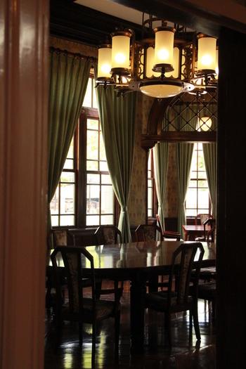 館内は入場料を支払うことで見学可能です。一階には入館者のみ利用できるテラス付きのカフェがある他、明治時代のものを再現したドレスやタキシードの着用体験といったお楽しみも。ノスタルジックな気分を堪能できますよ。