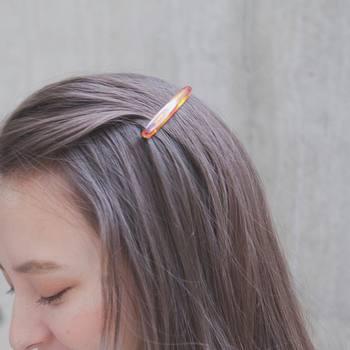 まず持っておきたいのは、髪をしっかり固定してくれるバレッタ。毛束がきちんとホールドされるよう、少し長めのサイズを選ぶのがポイントです。