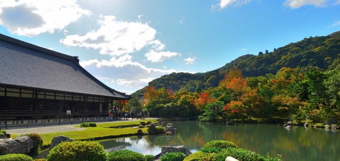 嵐山駅から西に進んで10分程のところにあるのが世界遺産「天龍寺」です。その敷地はとても広く、中でも方丈裏にある『曹源池庭園』は、日本で初めての特別名勝にも指定されています。庭と池、そして後ろに広がる山々を一緒におさめた写真はぜひ撮っておきたい一枚です。