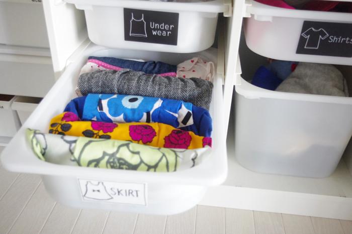 衣類は肌着・トップス・ボトムスなどの種類に分けて、ボックスにはそれぞれキャンドゥの衣類分類ステッカーを貼っています。また、休日に履くスカートは下段に分けて収納したり、お子さんが選びやすいように洋服の枚数を限定したりと、様々な工夫が盛りだくさん◎。子供でも取り出しやすく&しまいやすい収納にしておくと、自然とお着替えやお片付けの習慣が身に付きそうですね。