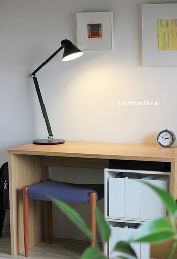 """とくに小・中学生のお子さんの部屋は、""""落ち着いて勉強ができる環境""""に整えることが大切ですよね。ノートやプリント、細々した文房具類など。様々なモノで机が散らかっていると集中できませんが、いつもすっきりと片付いていれば落ち着いて勉強に集中できそうです。以下のリンク先のページでは、学習スペースの作り方や、ファイルBOXを活用した素敵な収納術が紹介されています。子供部屋の収納を考える際のヒントにしてみてくださいね。"""