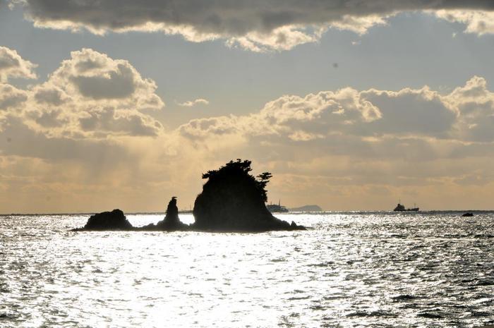 モデルになった四十島は、周囲約135mの岩できた小さな島です。島に自生していた松は昭和50年代にすべて枯れてしまいましたが、現在は市民の植樹により20本を越える松が育成し、当時の様子を再現しています。  海と空、そして島々に囲まれて、小さくぽっかり浮かぶターナー島。瀬戸内海らしい景色を眺め、海風に吹かれながら、坊っちゃん同様しばし気持ちの良い時間を過ごしてみては?