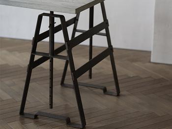 ソファに座った時の高さに合わせて天板位置を調整できる「昇降式テーブル」を使うのも良いですね。