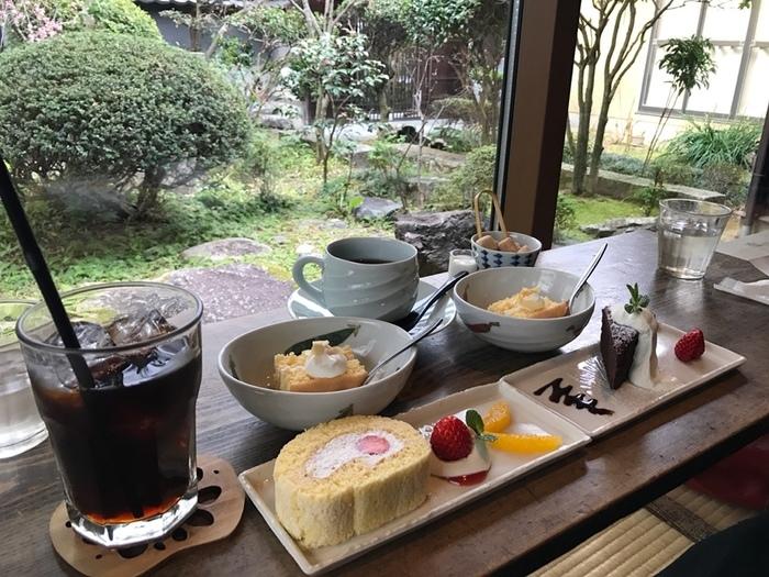 ハンドドリップで時間をかけて淹れるこだわりの珈琲、水出しのアイスコーヒー、香り高い紅茶や愛媛県産みかんのストレート果汁ジュースなど、ドリンク類もバラエティ豊富。スイーツと一緒に味わって!