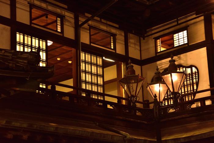 いかがでしたか? 坊っちゃんの目を通して漱石が描いた松山の街は、今も変わらず大切に守られ、また再現され、長い年月の中で坊っちゃんとともに生き続けています。漱石ファン、坊っちゃんファン、そしてまだ『坊っちゃん』を読んだことがない人も、本を片手に松山を訪れてみてくださいね。