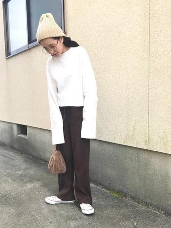 ニット帽はカラーバリエーションも豊富なので、コーディネートしやすいのが嬉しいポイント。ファーの巾着と合わせれば、トレンド感もUPします。