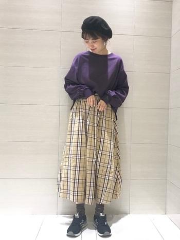 ベレー帽とチェック柄のスカートは、相性抜群◎ 何気ない中にも、しっかりとトレンドを取り入れたコーディネートです。