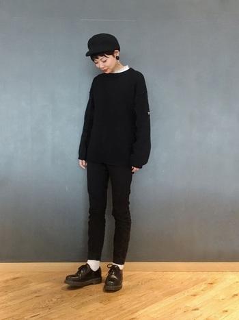 重くなりがちなオールブラックコーデも、コーデュロイのキャスケットを持ってくることで、柔らかくぬくもりの感じられる着こなしに仕上がりますね♪