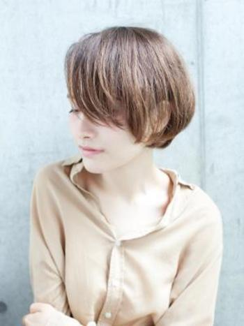 前髪ありはちょっと幼くなりそうで・・と不安な方は前髪を長めにキープしつつ挑戦してみては?横に流すと大人クールな印象に。
