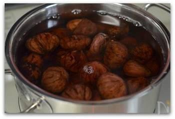 栗にかぶるくらいの水に重曹を入れた鍋を火にかけ、アクを取ります。この時、激しく沸騰させると栗が煮崩れてしまうのでフツフツ以上沸き立たせないように注意。アク抜きの途中、竹串などを使って栗のスジや余分な繊維を取り除きましょう。