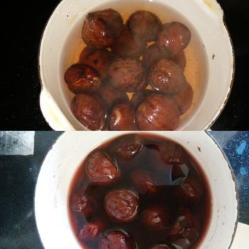 アク抜きをしっかりした栗だと、シロップに入れた直後は栗が白っぽく脱色しすぎたように見える事がありますが、加熱して冷ますと自然とワイン色の煮汁になって栗にも色が付きます。