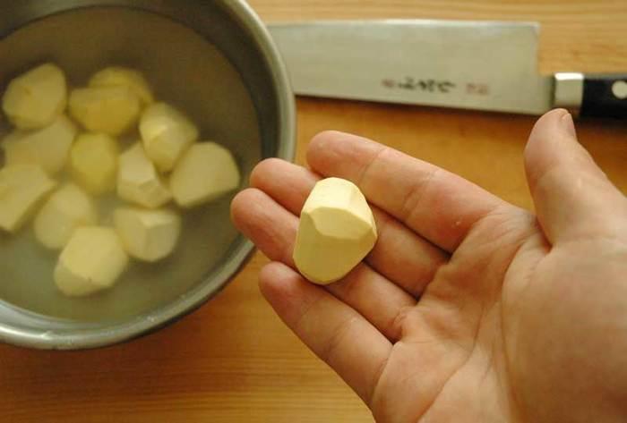 甘露煮の場合、栗の皮をむく時お尻を落とすように切ってからむく事もできます。栗ご飯の栗とむき方は同じですので、コツを覚えると便利です。