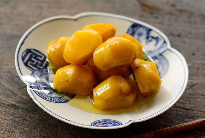 自然そのままの色も良いですが、クチナシを入れて煮ると自然で鮮やかな黄色に煮上げる事ができます。