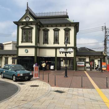 さて、道後温泉と坊っちゃん団子を楽しんだ後は、列車で松山観光へ出かけてみましょう。 伊予鉄道道後温泉駅の駅舎は、明治の洋館風のレトロな佇まい。明治44年に建てられた駅舎の姿を引き継いでいます。