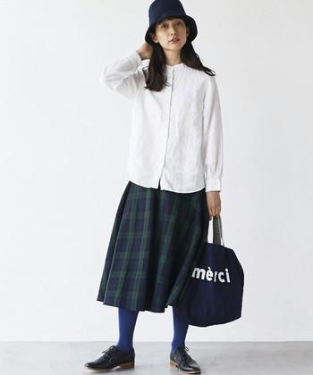 """シャツ×チェック柄スカートの着こなしは、ブルーのカラータイツで""""ハズし""""を加えて。スカートにブルーが入っているからチグハグな印象にはなりません♪"""