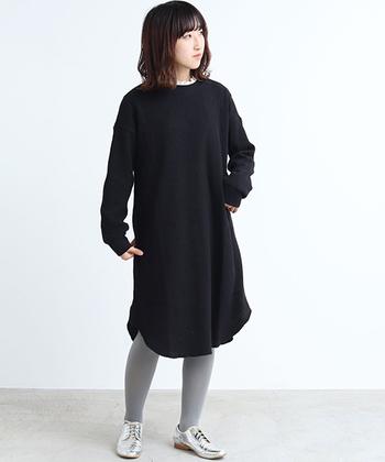 暗くなりがちなブラックのワンピース。淡いライトグレーのタイツを合わせることで、軽やかで今っぽい垢抜けスタイルに。