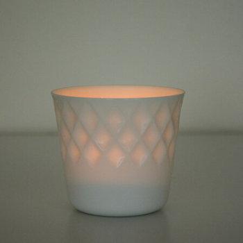 光を当てると、繊細なレリーフが透けて見える美濃焼のフリーカップ。蕎麦猪口やコップなどに幅広く使えますが、ぜひキャンドルホルダーとして使ってみませんか?上品でぬくもりのある灯かりに癒されます♪