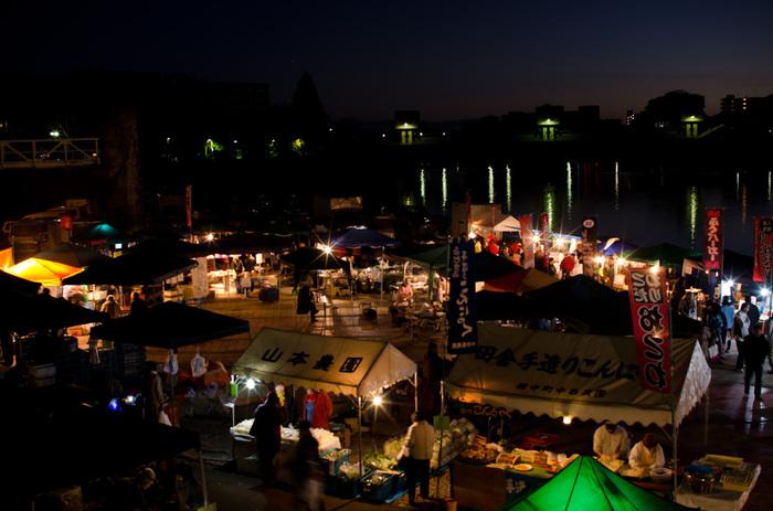 毎月第一日曜日に開催される「京橋朝市」は、日の出前の午前5時頃からお客が集まり、日が昇って暖かくなる10時頃まで開催されている朝市です。