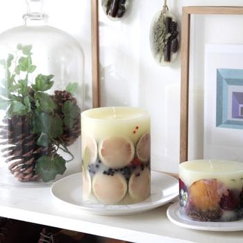 素敵なキャンドルホルダーをテーマにしてきましたが、最後にちょっと番外編。ホルダーなしで楽しめる、デザイン性の高いキャンドルもご紹介しましょう。こちらは、花や果実など自然の香りをそのまま閉じ込めたボタニカルキャンドル。インテリアにもなりますね。