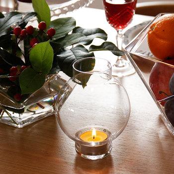 スウェーデンの老舗ガラスメーカー「スクルーフ(SKRUF)」の可愛らしい丸いフォルムのキャンドルホルダー。シンプルでぬくもりのあるハンドメイドです。ドライフラワーなどを入れてもきれい。2個そろえて、キャンドル&フラワーでテーブルを飾ってみてはいかがでしょうか?