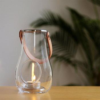 デンマーク王室御用達の歴史あるガラスメーカー「ホルムガード(HOLMEGAARD)」のガラスランタン。雫型のおしゃれなデザインと、天然革の上質なストラップが目をひく素敵なアイテム。テーブルの上で特別な存在感を放ちます。
