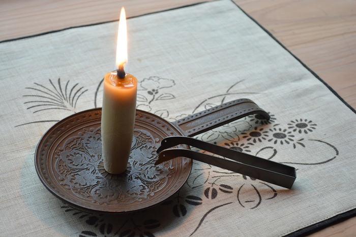 和ろうそくのほか、キャンドルにも合う手燭。南部鉄器の老舗「鈴木盛久工房」の製品です。唐草に架空の五弁花を合わせた空想的な宝相華が美しく、オリエンタルな雰囲気も漂います。和のエッセンスを取り入れた洋室にも合いますね。