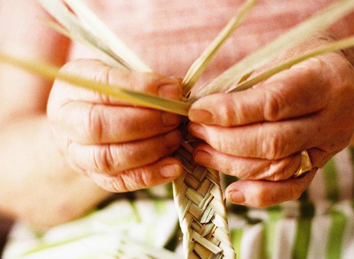 バスケットはPalm(パルム)というヤシ科の植物で作られたものと、アシの一種のCane(カネ)で作られたものがあり、全て丁寧な手編みによるもの。  しなやかで丈夫で実用的で、何より自然のもので作られた心地よさが魅力です。 ポルトガルでは、収穫した農作物を入れたり、市場に買い物に行くときに使われたりするなど、生活の中で昔から使われてきたものだそう。