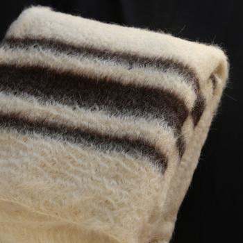 「毛皮の毛布」とも呼ばれるブランケット。まるで毛皮のような手触りとずっしりとした存在感があります。ダブルサイズのベッドでもゆったりと使える大きさがあり、適度な重みと温かさで守られているような心地よさを味わえます。