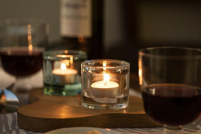 夜が長い季節は、照明を落として、キャンドルの灯かりに癒されるのも素敵ですね。そんな大人の夜のために、キャンドルの光をより優しく包み込んでくれる上質なキャンドルホルダーを用意しませんか?あとは、ワインなどあればそれだけで幸せ♪